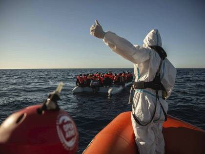 """Migranti, l'Italia sola. E Draghi è stretto in una """"tenaglia"""""""
