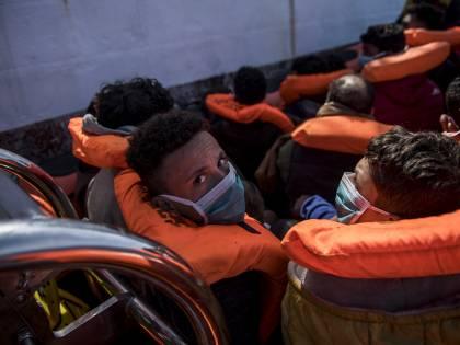 """""""Salvare i migranti"""", """"Fermateli"""". Il governo e l'emergenza sbarchi"""