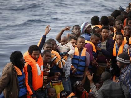 Tensione alle stelle in Libia. Bomba migranti sull'Italia