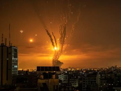 Raid aerei e carri armati: Israele attacca la Striscia di Gaza