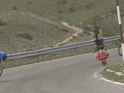 Volo in discesa e bici spezzata: incidente choc al Giro