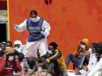 Il Viminale sposta i migranti in Liguria: barricate della Lega