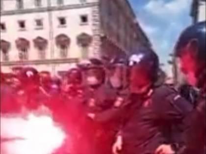 Tolgono il casco al carabiniere per pestarlo. L'odio choc dei manifestanti rossi