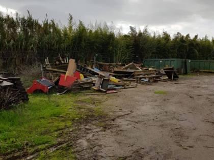 Gli occupano il terreno, ora deve pagare per demolire le baracche