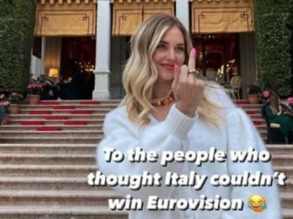 """""""A chi diceva: 'L'Italia dei Maneskin non vince'"""". E la Ferragni mostra il dito medio"""