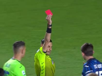 Follia De Roon: prima il pugno a Krunic e poi la spallata all'arbitro