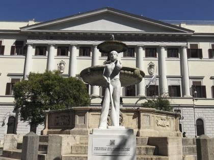 """""""Donna con aspirapolvere"""": esplode la bufera per la statua"""