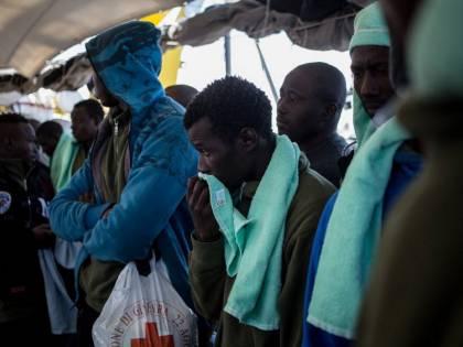 L'Ong scarica 50 migranti nel porto di Augusta