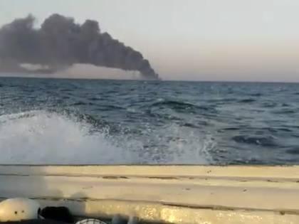 Iran, affonda la più grande nave militare. Incendio anche alla raffineria di Teheran