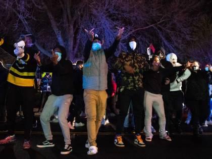 Un altro afroamericano ucciso dalla polizia. Due notti di scontri e arresti a Minneapolis
