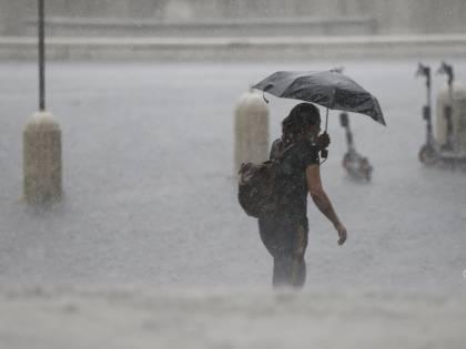 Nubifragio a Roma, evacuati 40 piccoli da una scuola. Raggi sommersa dalle critiche: ironizzò su Marino