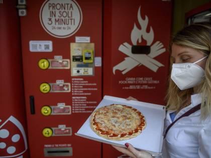 Il distributore di pizza calda scandalizza gli americani