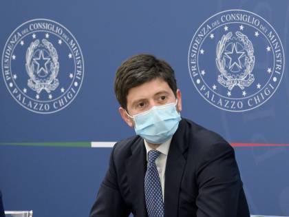 È caos sui richiami Regioni e medici contro Speranza (che si è vaccinato)