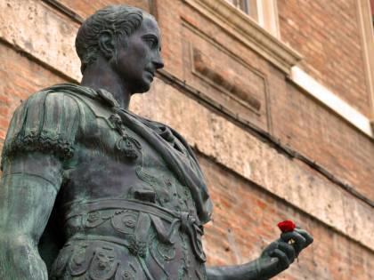 """""""È un dono di Mussolini"""". Bufera per la statua di Giulio Cesare"""