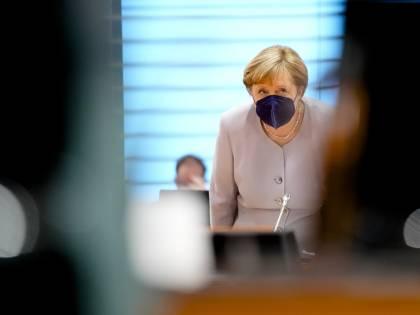 Doppio affondo contro Merkel. Così l'Ue assedia la Germania
