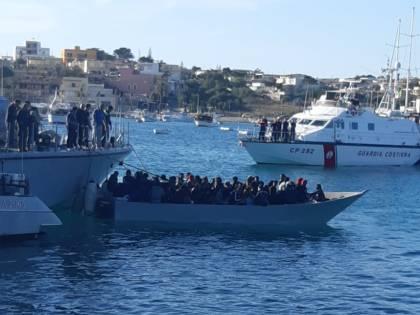 Lampedusa: ancora sbarchi di clandestini, 1.300 nell'hotspot, 40 sono positivi al Covid