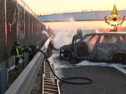Assalto a un portavalori sull'autostrada A1: furgone in fiamme e chiodi sulla carreggiata