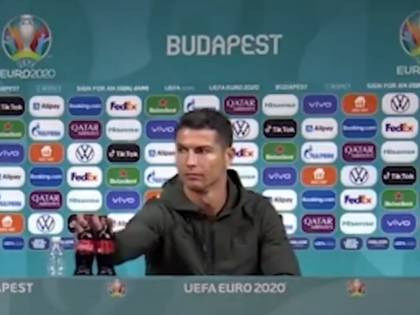 """Il gesto di Ronaldo in conferenza stampa che spiazza tutti: """"Acqua..."""""""