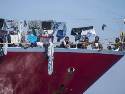 Piano Ue da 8 miliardi per fermare i barconi. Ma resta il no ai ricollocamenti