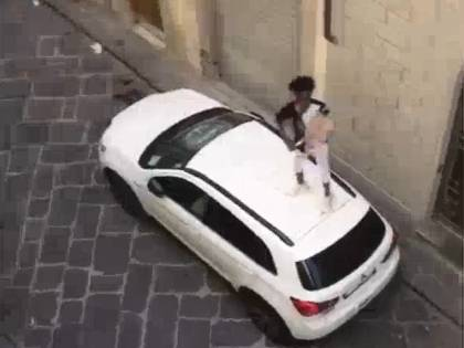 La furia del migrante a Firenze: minaccia gli agenti e poi spacca l