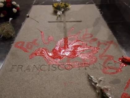 Imbratta la tomba di Francisco Franco: scultore arrestato in Spagna
