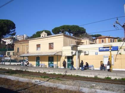 Roma, pestano e rapinano uomo sul treno: fermata gang di romeni