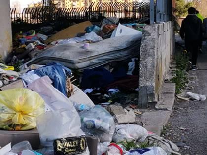 Bomba ecologica vicino scuola: gli studenti ostaggio dei rom