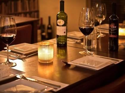 """""""Questo vino è troppo caro"""": scoppia la rissa al ristorante"""