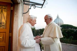 Nella Chiesa c'è davvero una guerra tra i due Papi?