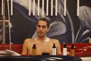 Tommaso Zorzi ha perso il buon senso e si fa le foto dalla tazza del bagno
