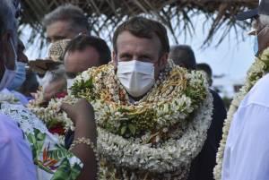 Macron ricoperto di fiori. Ma spunta l'immagine inaspettata
