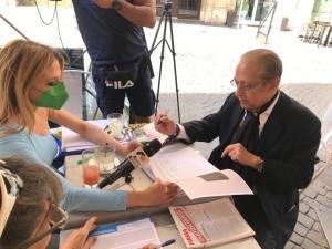 Paolo Berlusconi firma i referendum sulla giustizia