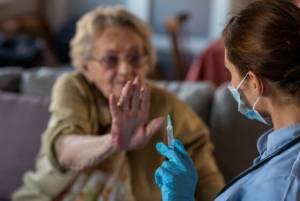 L'ultima pazzia: se rifiuti il vaccino, niente pensione