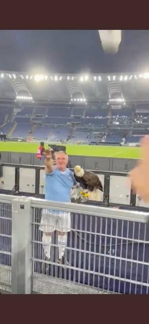 """Saluto romano allo stadio, il falconiere: """"Non sapevo fosse vietato"""""""