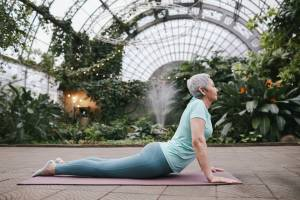 Esercizi di stretching per la schiena: i migliori a 60 anni