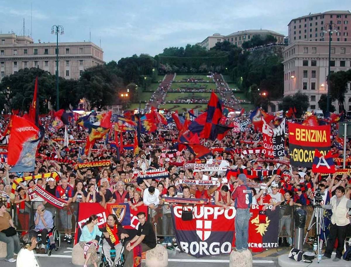 Genoa, arringa dei tifosi in piazza: «Chi non salta è un magistrato»
