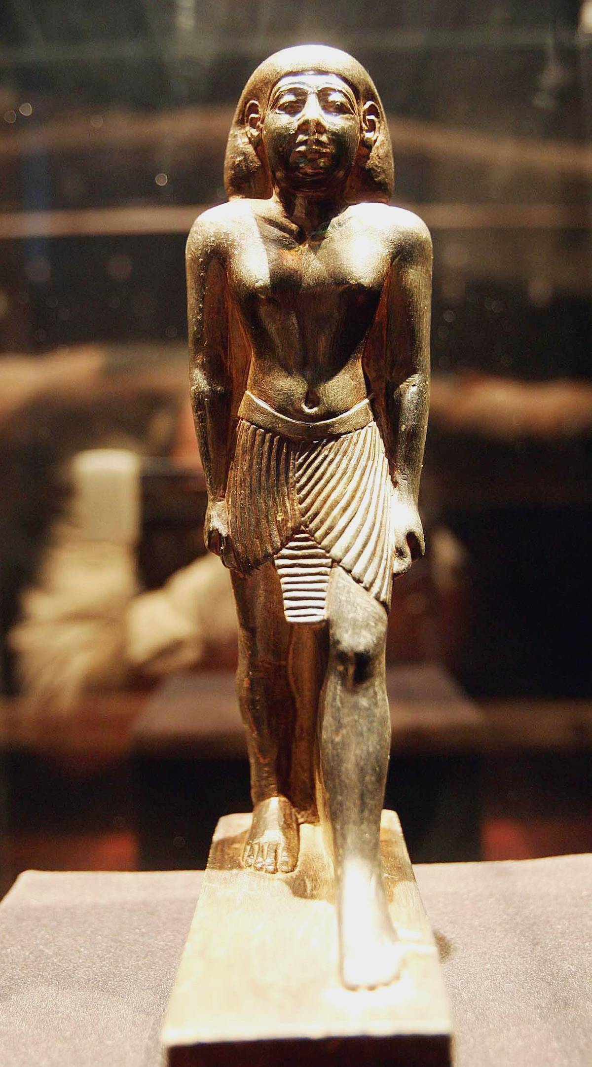 La statuetta si ricongiunge al suo sarcofago