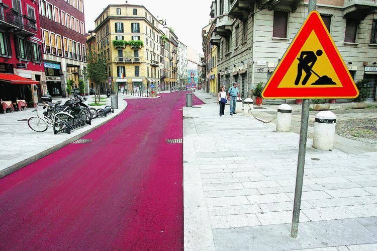 In corso Garibaldi l'asfalto si colora di rosso