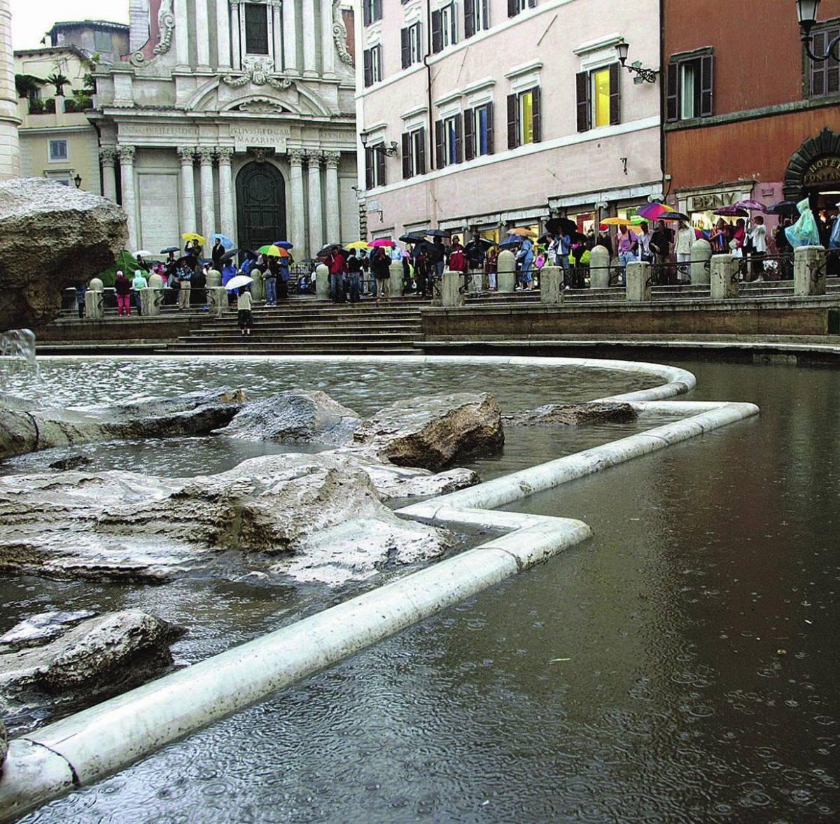 In un'ora 44 millimetri d'acqua e la Fontana di Trevi «tracima»