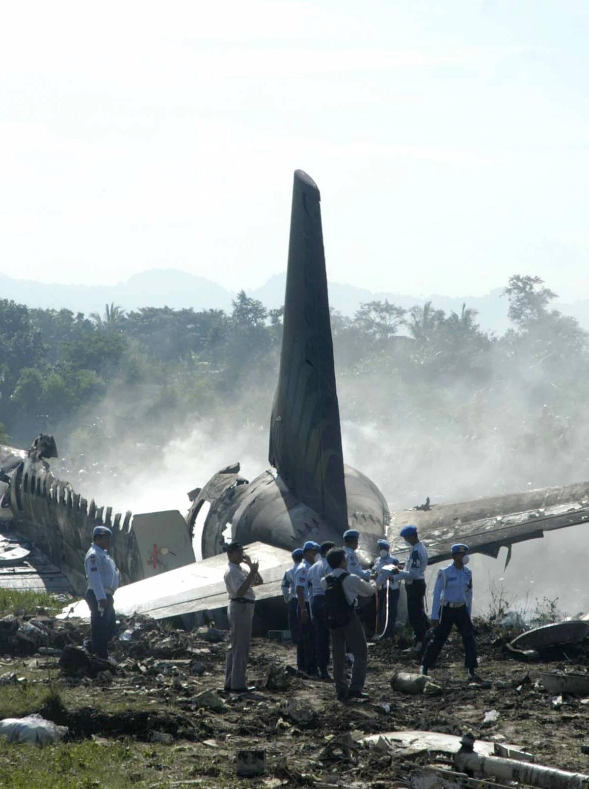 Dramma in Indonesia,  brucia aereo: 23 morti  Illeso italiano a bordo