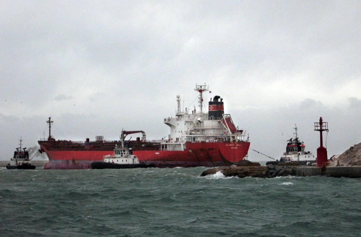 Livorno, chiazza di combustibile  da 9 tonnellate minaccia il porto