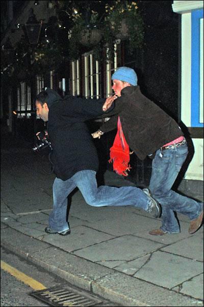 L'ultima bravata di Harry: è ubriaco, picchia fotografo