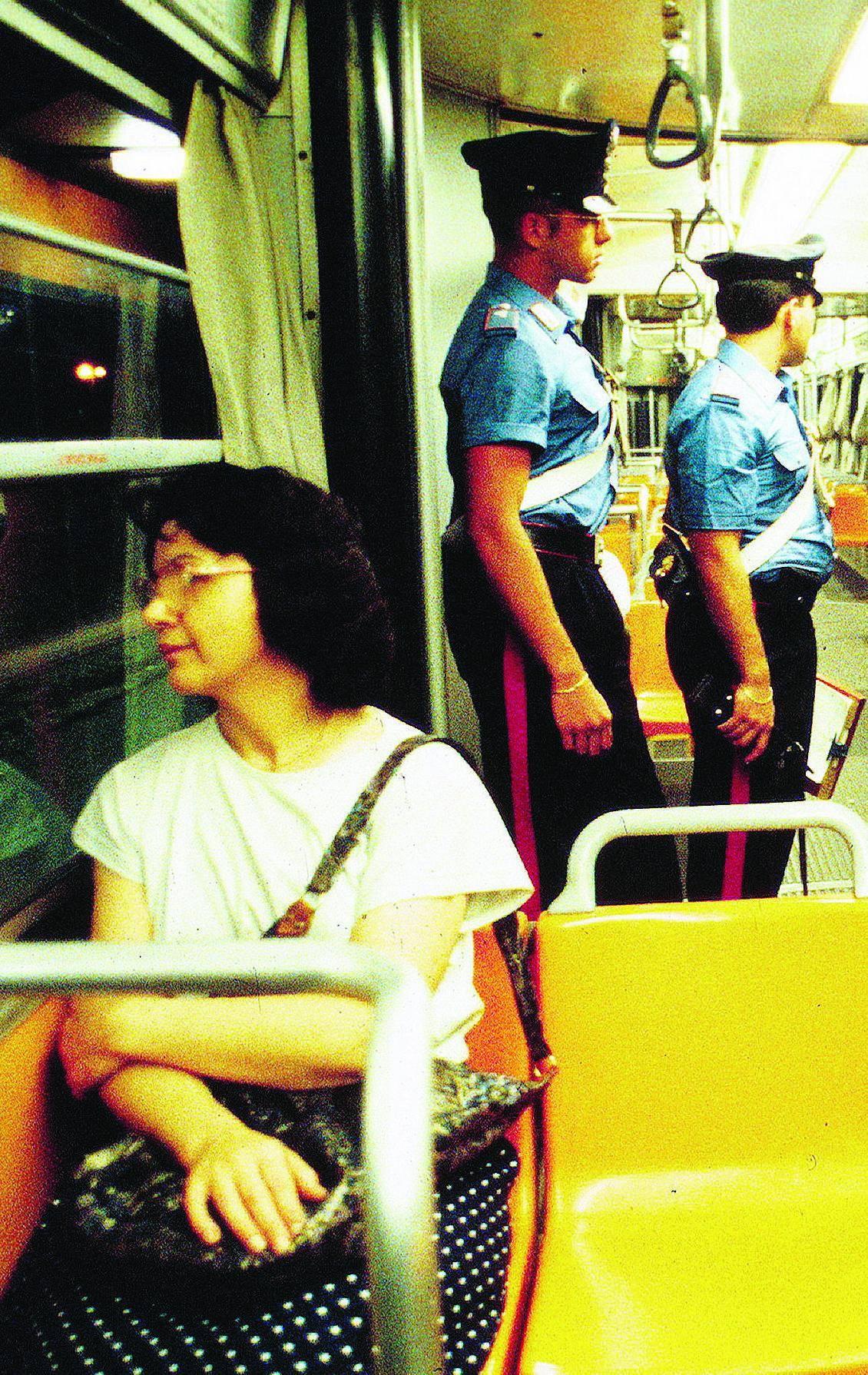 Tre aggressioni al giorno su tram e autobus: «Dateci agenti a bordo»