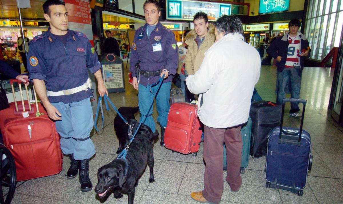 Pistola e bomba in valigia, aeroporto in tilt