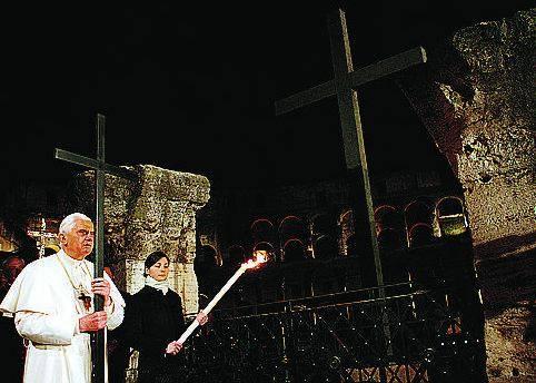 La Via Crucis di Benedetto XVI: «Il nostro Dio non è lontano»