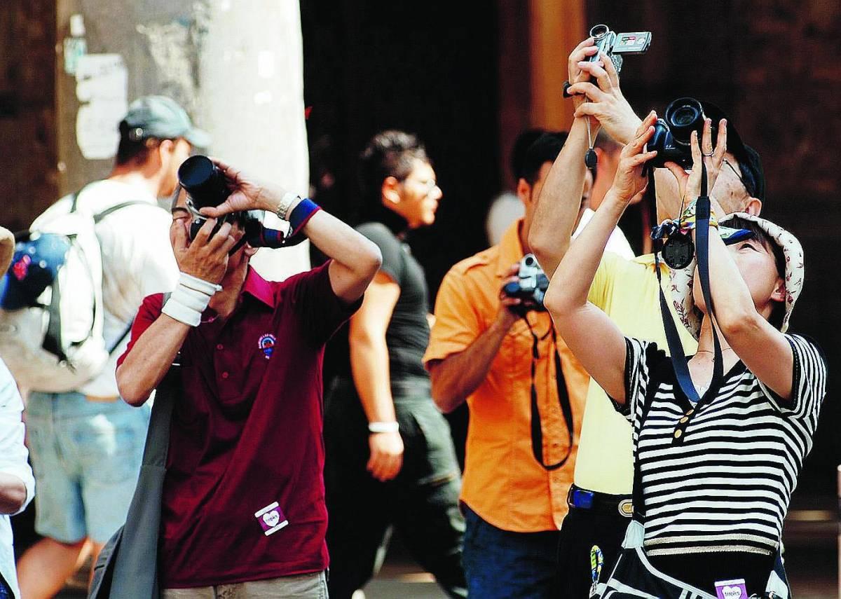 Centomila turisti fanno il ponte a Milano