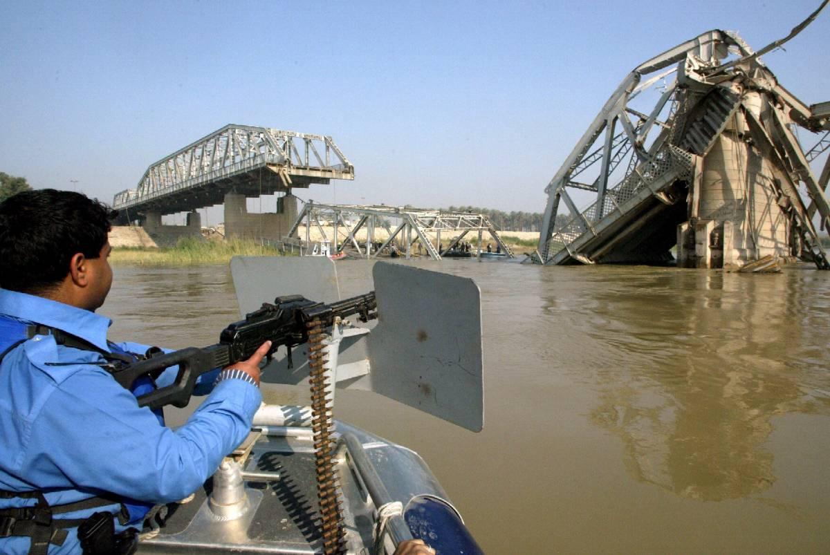 Bagdad, camion-bomba fa crollare ponte sul Tigri