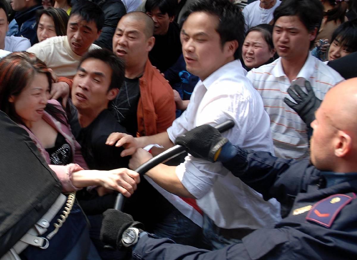 """Milano, rivolta a Chinatown:  300 immigrati contro la polizia  Moratti: """"No a zone franche"""""""