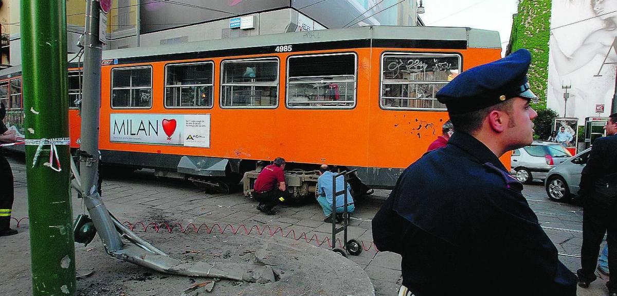Tram deraglia e abbatte semaforo: otto feriti