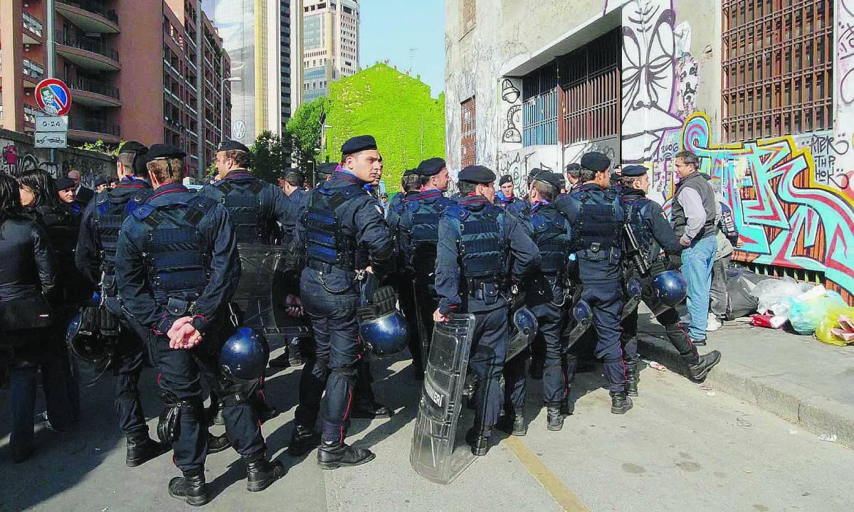 La polizia ci riprova all'alba: sgomberata la Stecca